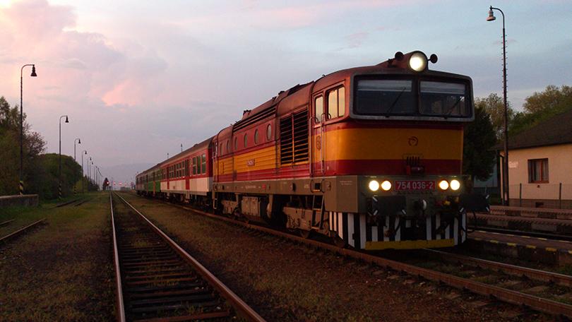 Typicky večerný pohľad, tento krát na 754.036 v retro farbách ako OS 7511 v žst.Diviaky pred zdolaním posledných kilometrov pred cieľovou stanicou.