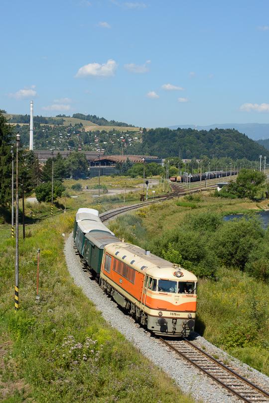 Pomaranč odchádza so svojimi cestujúcimi z Brezna.(Foto:AladaR)