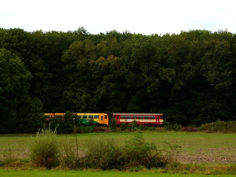 pohľad z opačnej strany: K odbočke Obora sa blíži osobný vlak z Jičína, ktorý tvorí regionova a závesová 810