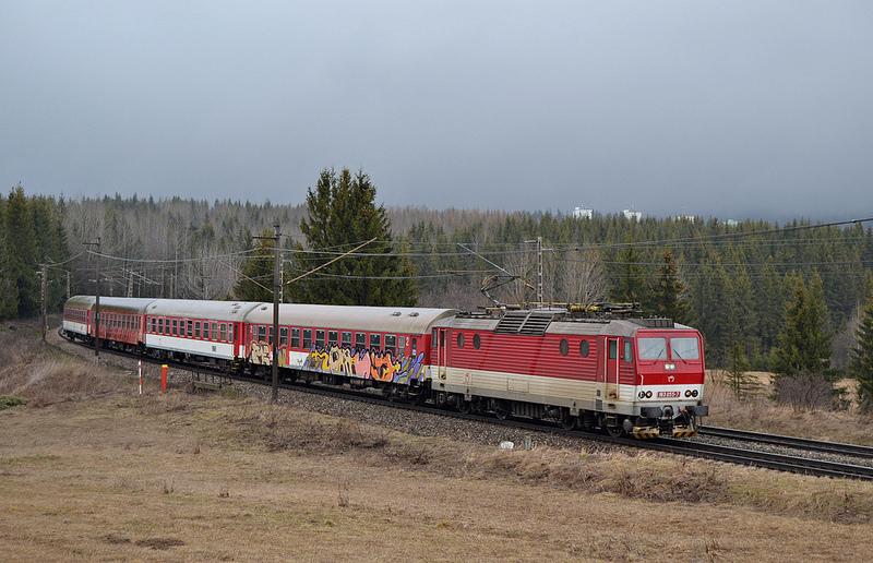 Osobný vlak ťahaný mašinou 163 055.(Foto:PeterB)