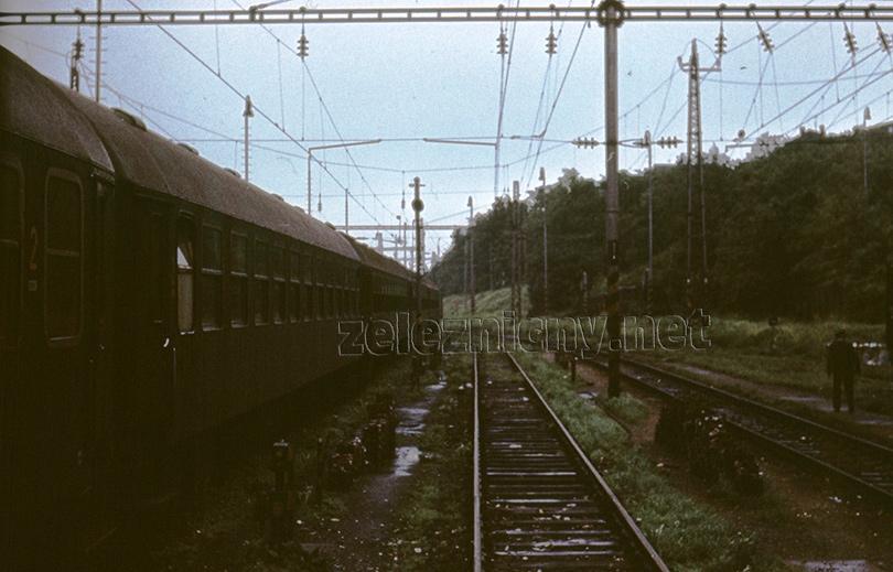 Odstavné koľajisko v Bratislave pri návrate súpravy do Zohoru. Medzi koľajami boli voľne uložené nové brzdové klátiky, ktoré v tých časoch nikto neodnášal do kovošrotu.