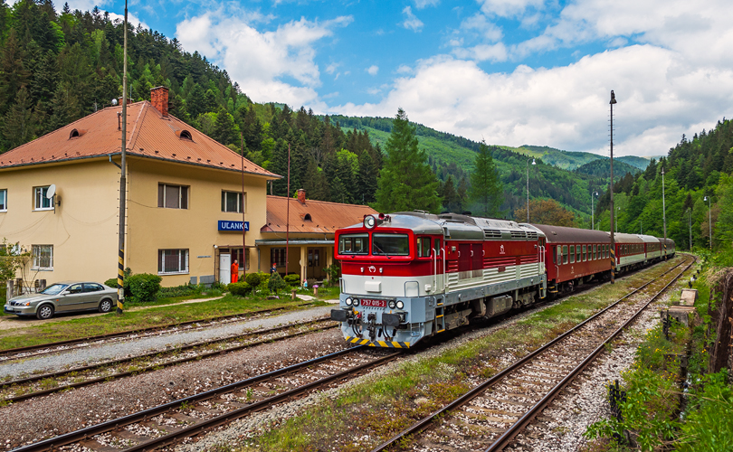 Stanicou Uľanka prechádza 757 015 s vlakom Zr 1849..17.5.2015..