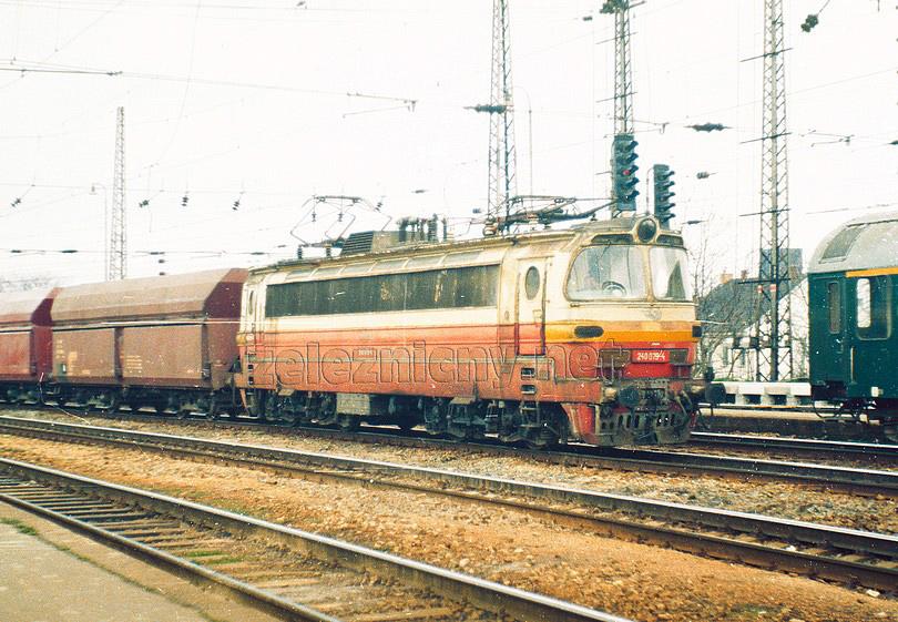 240.079-4 prechádza s nákladným vlakom