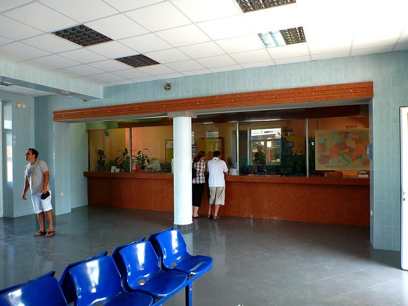 pohľad na čakáreň pre cestujúcich s pokladňami