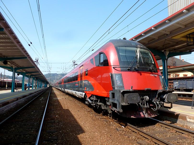 vlak EC 30000 po zastavení v uzlovej stanici Česká Třebová