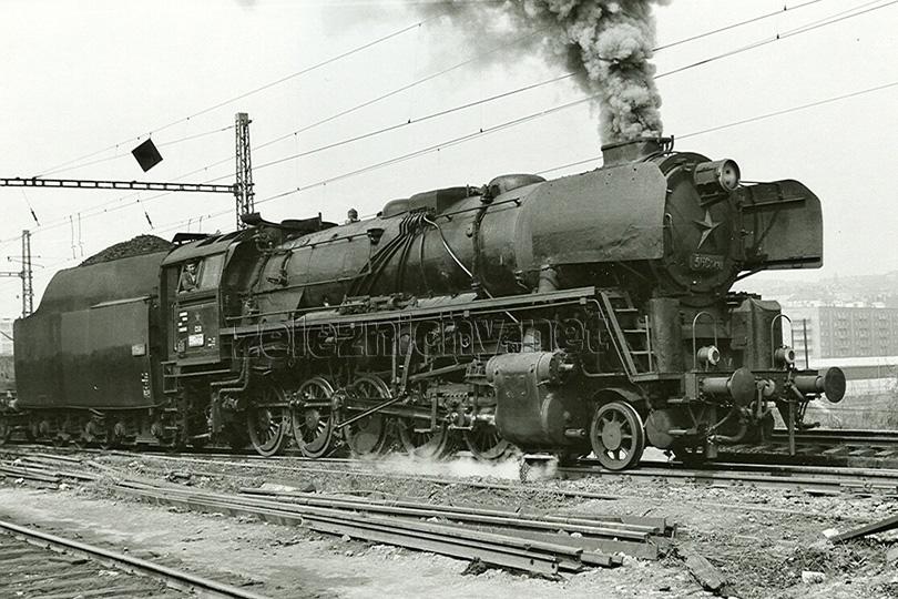 Dne 30. 4. 1973 opouští nákladní vlak Pn 5884 seřaďovací stanici Praha Vršovice. V čele je lokomotiva 556.0430.