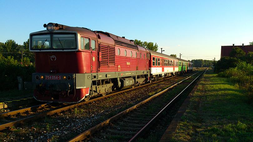 """Legenda SPD Zvolen v minulosti voziaca prestížne vlaky ako """"Detvan"""" a """"Horehronec"""" v pekný letný deň na zastávke Kláštor pod Znievom ako OS 7530 minulý GVD."""