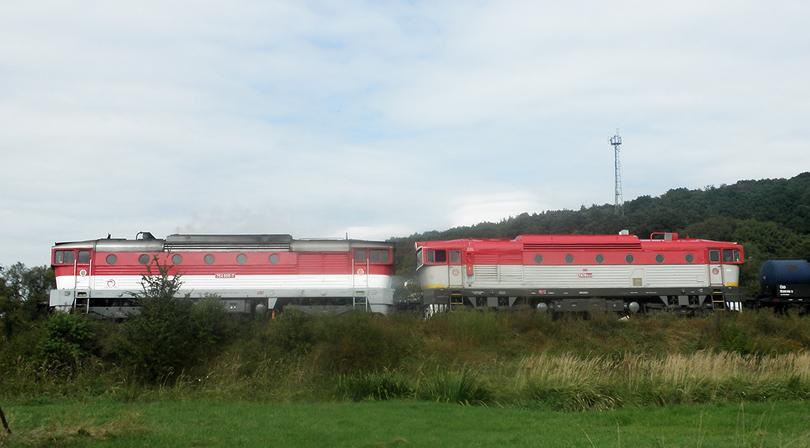 požiarny vlak na čele 754005-7 a za ňou T478.3109 za R932  vo Vígľaši