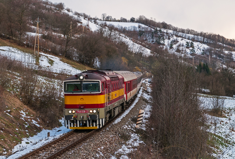 V ten istý deň som ešte zavýtal do Jakuba ku skale a na vlaku Zr 1850 som mal zas šťastie na 754 036, ktorá mi v Uľanke nevyšla na vlaku 1849..4.4.2015..