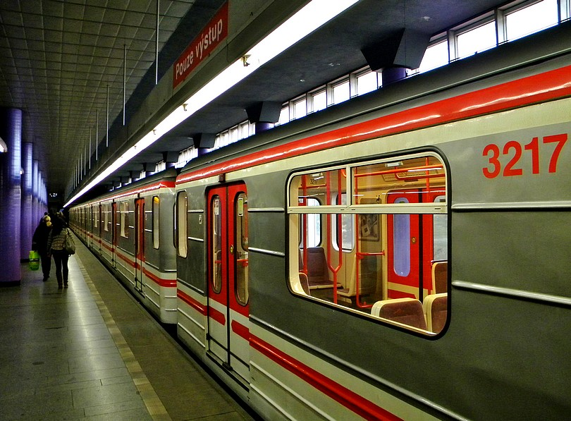 Konečná stanica Zličín, prosím Pouze výstup. 12 -4- 2o13 15.58