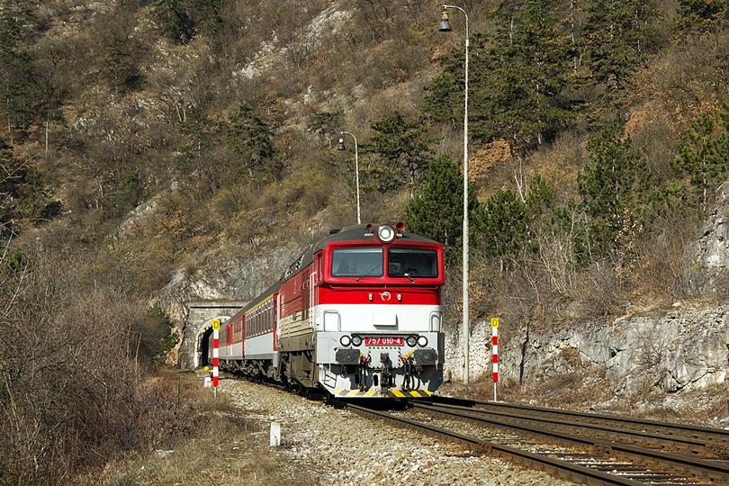 Začneme v marci, kde som na chvíľu zastavil vo Výhybni-Tunel. 757.010 s R-931 Ipeľ práve vyšla z Jablonovského tunela 17.03.2015