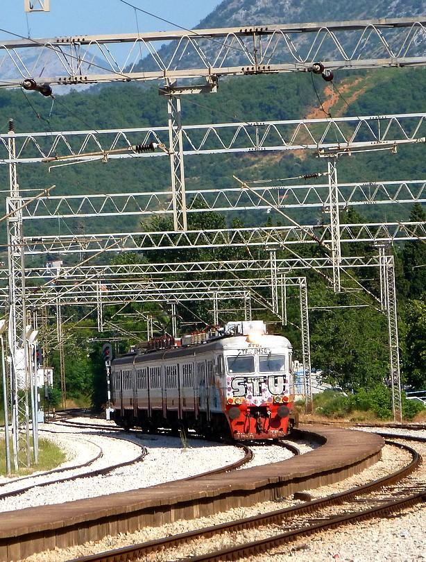 osobný vlak z Podgorice do Baru oblúkom vchádza do stanice Sutomore