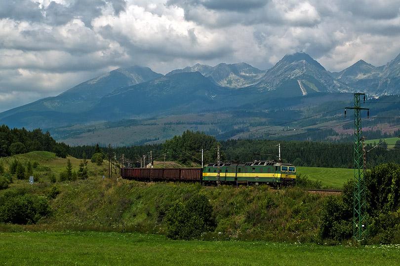 Dvojička 131 075-76 ťahá náklad do Popradu.(Foto:AladaR)