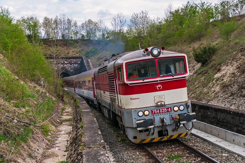 754 035 - Viktoria, ktorá behala dosť často na Zr vlakoch sa ukázala aj na Zr 1848, tak som sa rozhodol si ju zachytiť s opačnej strany pri Kačicom tunely..24.4.2015..