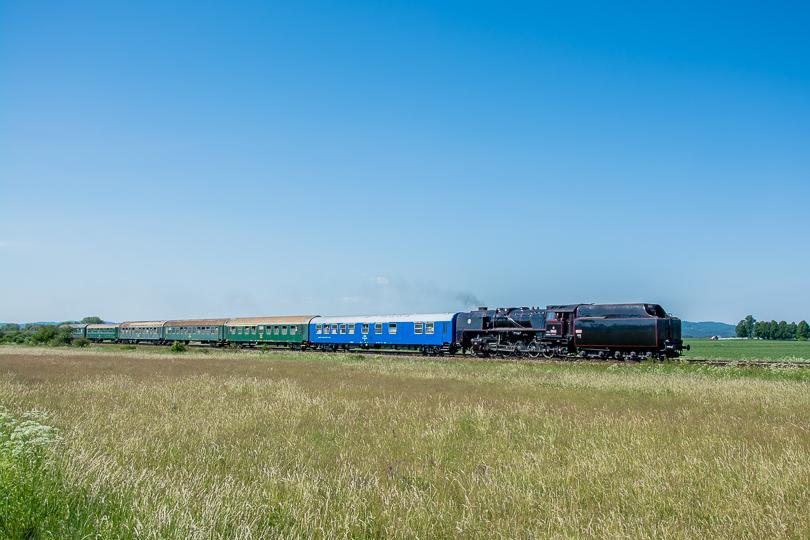 Zvláštny osobný vlak sme opäť dobehli a odfotili pred Malým Čepčínom.
