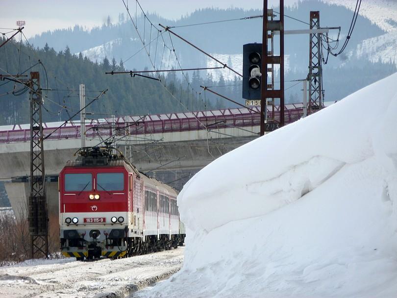 spoza snehového preveja vykúka blonský peršing