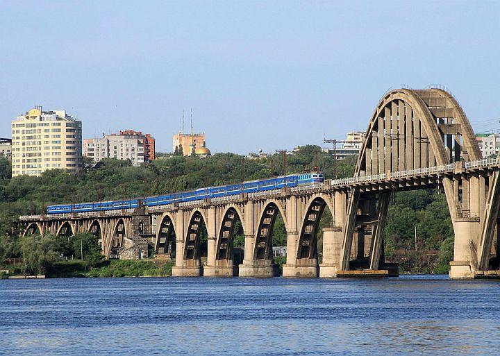 Keďže môj vlak do Lvova mal stanovený odchod o 13.30 hodine, rozhodol som sa využiť voľný čas. Preto skoro ráno som ešte raz navštívil krásne miesto pri Merefo-Chersonskom moste. Opäť čakám na na expres 18. Kyjev – Adler.