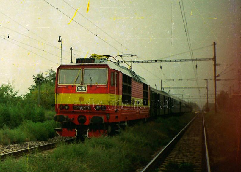 jeden z mála momentov, kedy sa sedmička podrobila očiste bol v lete 1992, kde je zachytená na poobedňajšom osobnom vlaku 2415 do Štúrova, zachytená pri odchode zo zarastenej Šale, foto Radek Ivanič