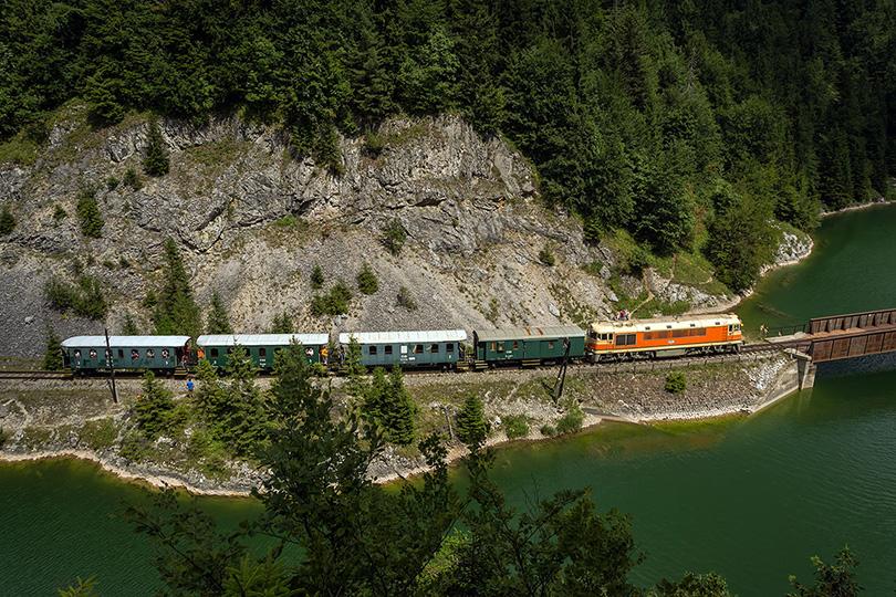 Vlak prechádza popod skalu a popri kúpajúcich sa turistoch.(Foto:Duko)