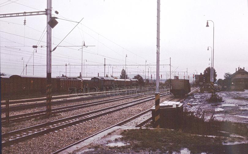 Večer po aktivovaní reléovky. V stanici stoja dva nákladné vlaky v čele s T679.1. Mechanické návestidlá majú už odobraté ramená. Porovnanie normatívu hmotnosti pre S499.0 a T679.1 z roku 1982: Normatív hmotnosti v úseku Břeclav – DNV: S499.0 T=2200ton,T679.1=1900ton. Normatív hmotnosti v úseku DNV – Lamač: S499.0 T=1500ton, T679.1=1350ton.