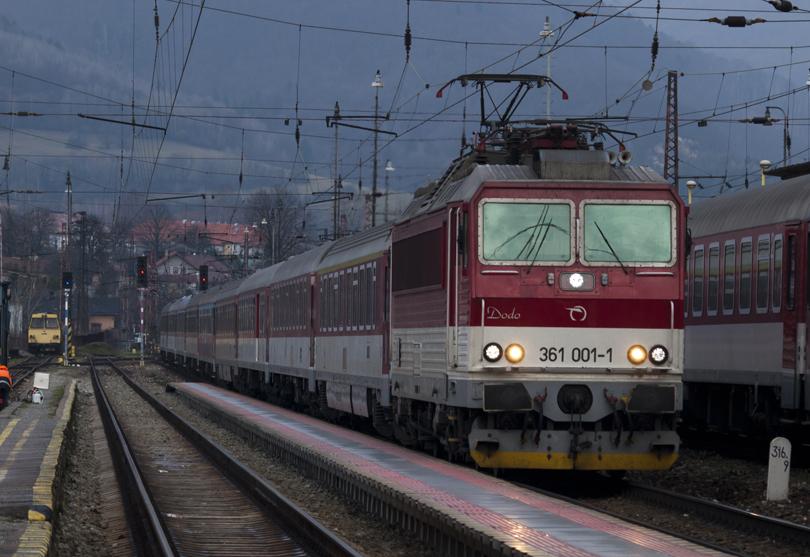 A už nám prichádza R601 ťahaný s 361 001.(Foto:fotohunter)