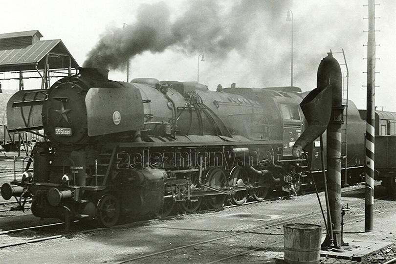 Stanicí Žatec projíždí dne 31. 5. 1978 nákladní vlak s lokomotivou 556.0489.