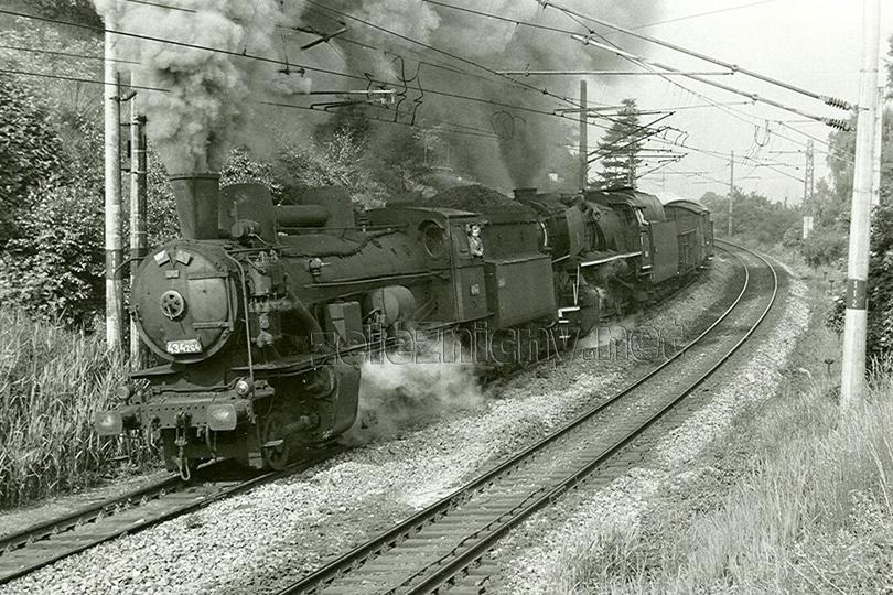 Manipulační vlak Mn 8770 na zastávce Praha Strašnice dne 30. 5. 1973. Jako vlaková lokomotiva je 556.0104, na přípřeži vypomáhá 434.274.