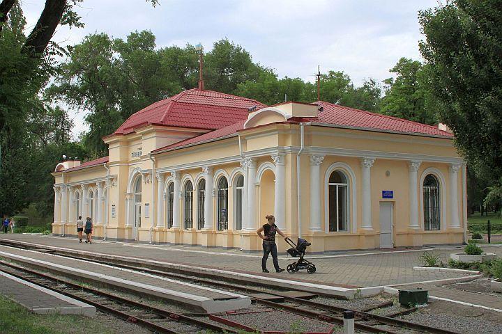 """Po príchode do parku objavujem budovu detskej železničky, ktorá ešte stále nesie meno """" Pionerskaja stancia""""."""