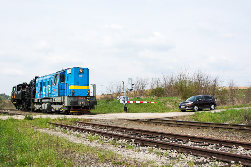 Podarilo sa nám vlak predbehnúť a na Slatinke ho opäť stíhame.(Foto:AladaR)