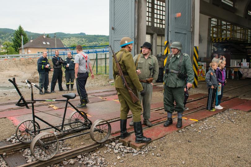 V Teplej pri remíze sa už skamarátili partizáni s Nemcami a vojakmi Slovenského štátu: foto: © krz