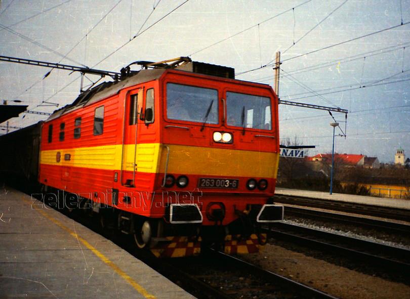 """""""trojka"""" po čerstvo vykonanej EVy oprave, ešte pod taktovkou ČSD opúšťa stanicu Trnava v čele R 581 Tekov, ktorý viezla do Leopoldova, jeseň 1992, foto Radek Ivanič"""