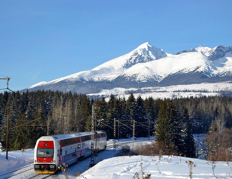 Posledná zo zimnej Štrbi. 671.001 si ťahá os do Trenčína.