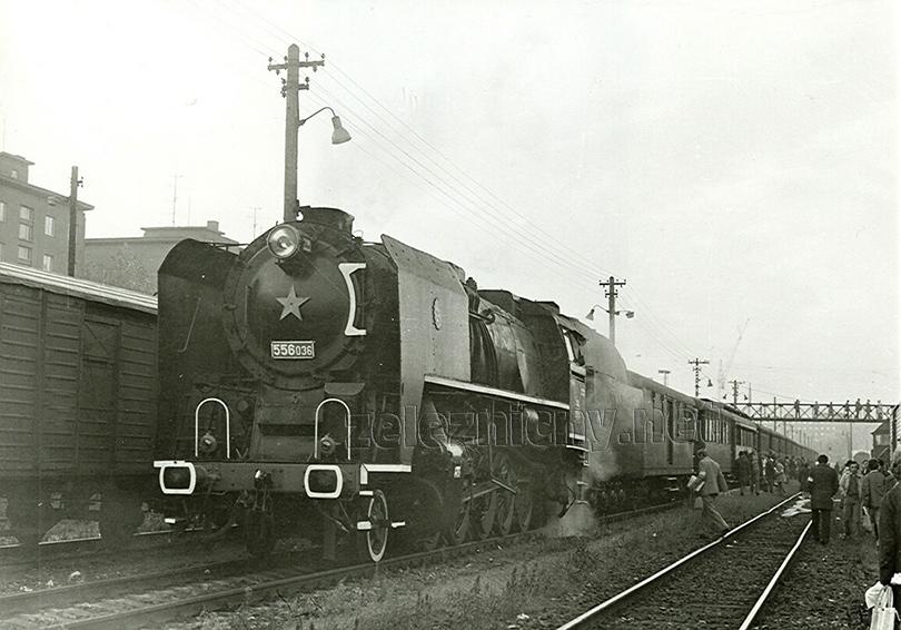 """Lokomotiva 556.036 je připravena k odjezdu se zvláštním slavnostním vlakem ve stanici Bratislava filiálka dne 17. 10. 1980. Vlak byl vypraven u příležitosti """"Ukončení parního provozu na Slovensku."""""""