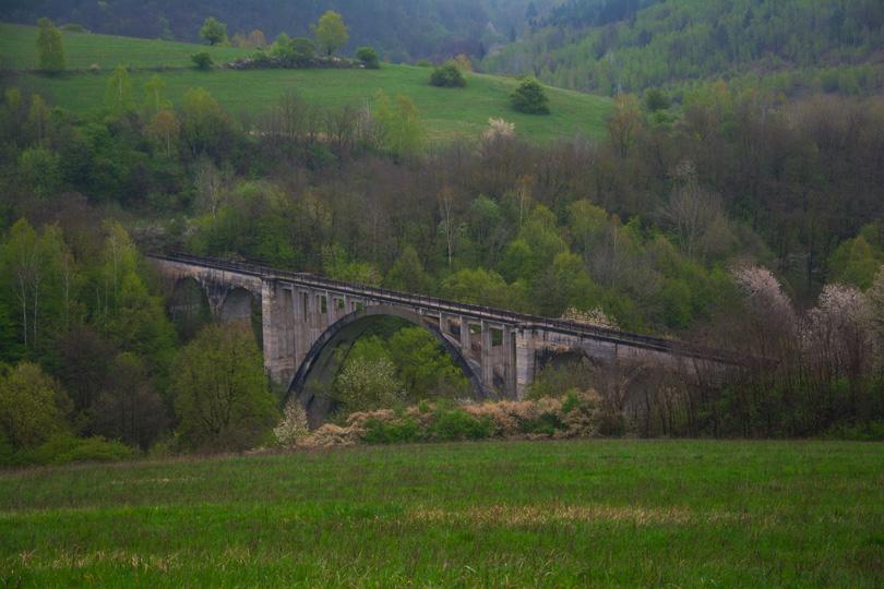 A tu je – spomínaný Koprášsky viadukt v celej svojej nádhere. Veľkolepá stavba, ktorá sa, bohužiaľ, nikdy nedočkala dokončenia a sprevádzkovania. Nikdy neslúžila na to, na čo mala slúžiť. Nikdy na ňu neboli položené koľajnice. Aj keď, predstava vlaku na ňom je krásna.