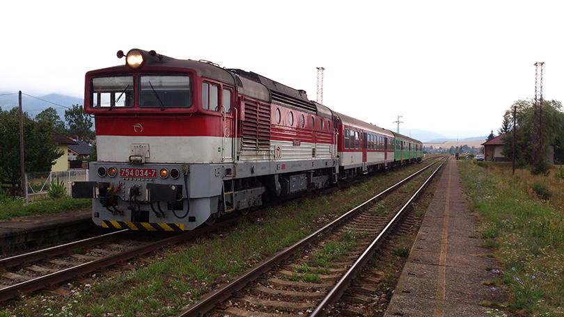 Jedna zo stálic na veľko-mašinových výkonoch TS 830 v podobe 754.034 na zastávke Jazernica. Ako jedna z mála 754 disponuje VZ-tom od Mirelu.