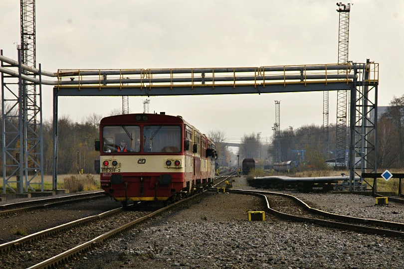 mimoriadny vlak vchádza na zoradisko pri Dole ČSA