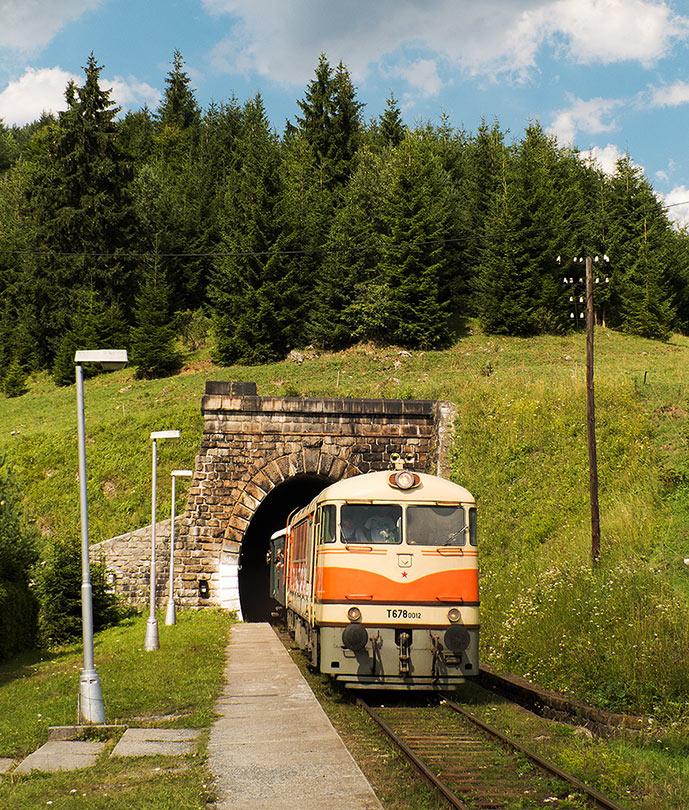 Aby sa potom vlak vynoril z tunela pod kopcom.(Foto:DjMiscin)