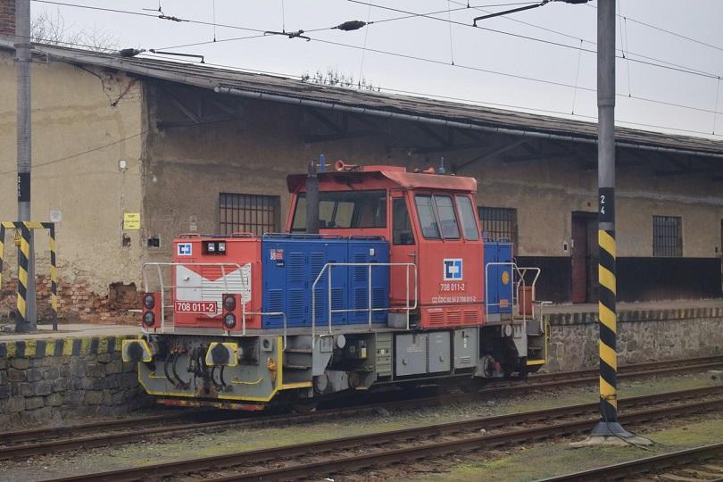Keď sme už cestovali vlakom R 835 počas státia v stanici Výškov na Morave sa mi podarilo odfotiť rušeň 708 011-2