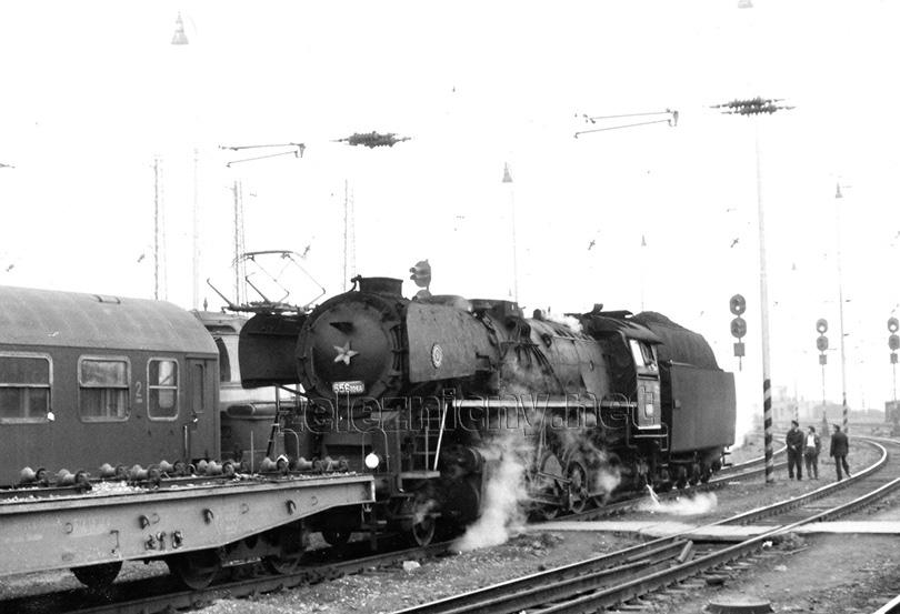 Lokomotiva 556.0266 na pracovním vlaku ve stanici Bratislava hlavná stanica dne 21. 4. 1978.