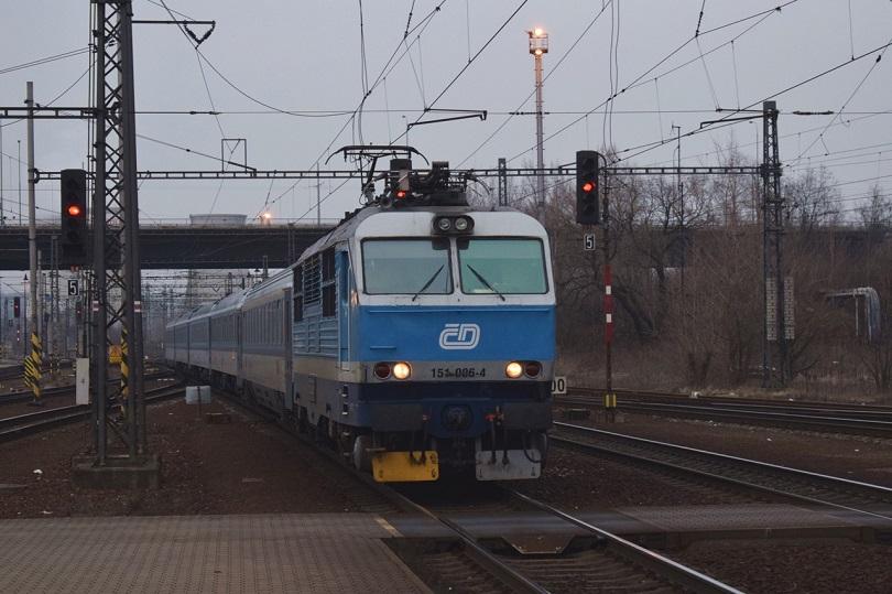 Neskôr keď sa podmienky na fotenie zhoršujú tak prichádza 151 006-4 zo smeru Ostrava hl.n.