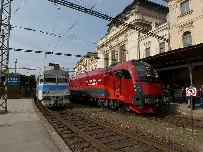 stretnutie pantografu 560.022 a railjetu v Brne