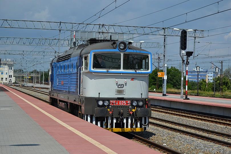Brejlovec 754.025 zachádza na súpravu EIC Jantar, Gdynia Główna, 16.7.2014