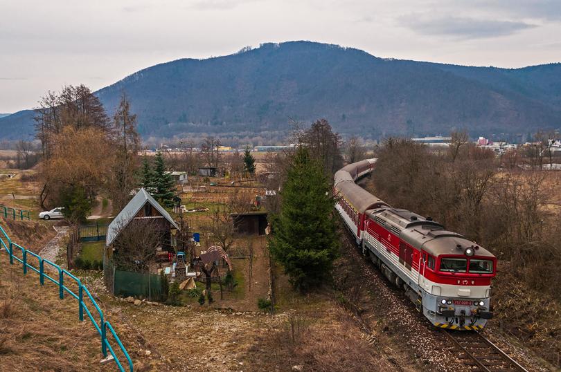 Okuliarnik 757 008, ktorý dosť často chodil na vlakoch Zr 1848/1853, ma popravde už nelákalo si ho odfotiť, ale na tomto mieste to stálo za tú fotku..25.3.2015..