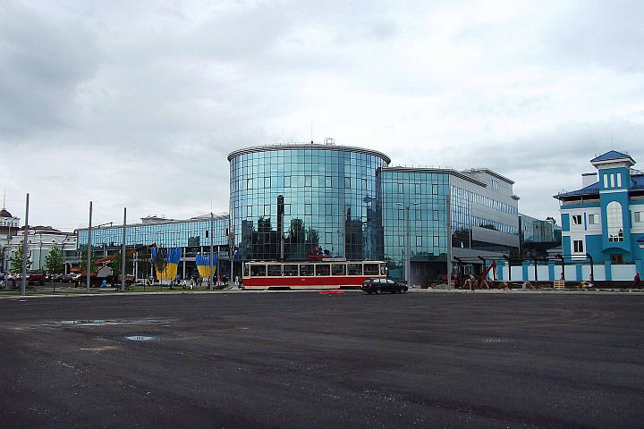 Taktiež fotografujem aj budovu novej železničnej stanice, ktorá bola krátko pred dokončením. Potom už odchádzame na nástupište k môjmu vlaku. Po srdečnej rozlúčke s mojim dobrodincom nastupujem do el. jednotky EPL2T a opúšťam ich mesto.