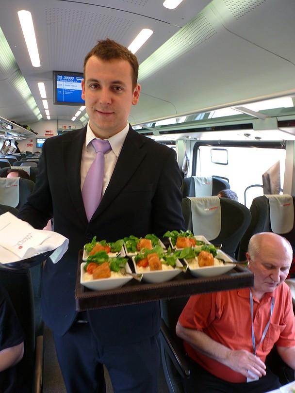 rakúska obsluha s úsmevom a ochotne servírovala rôzne pochúťky: tu zemiakový šalát s vyprážaným rybím filé