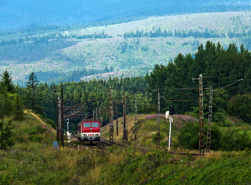 Osobný vlak z Liptovského Mikuláša na dlhé sklo. V pozadí vidno vyholené Tatry.(Foto:AladaR)