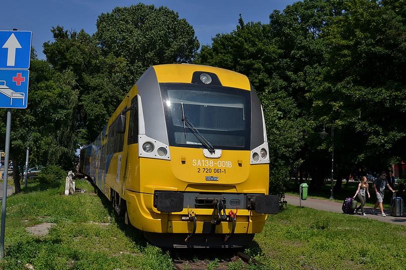 keďže osobný vlak z Gdyne do Helu priviezol so sebou aj cyklovozeň, je potrebné aby ho motorová jednotka SA138-001 v konečnej stanici Hel obehla, tu zachytená počas posunu, Hel, 16.7.2014
