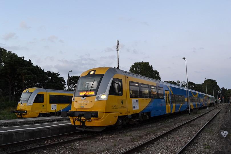 je skoré ráno, krátko po 4.hodine rannej a ja v Heli zachytávam dvojicu motorových jednotiek SA138, pričom jednotka SA138-004 zanedlho vyrazí na svoju cestu ako prvý osobný vlak do Gdyne, 18.7.2014