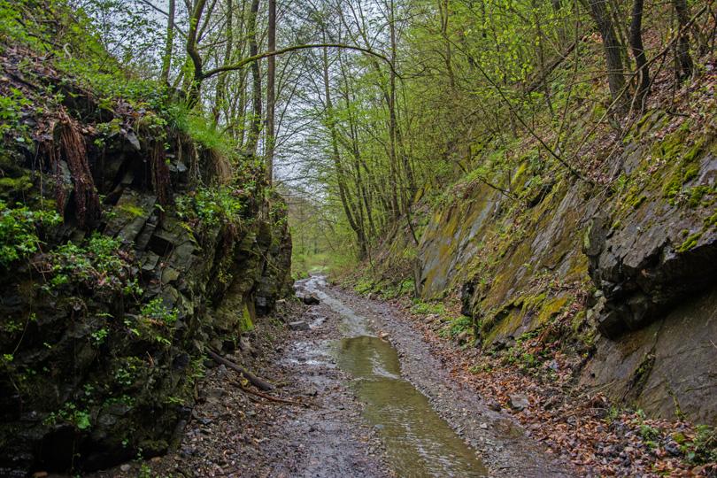 Cesta pokračovala ďalej smerom až ku ďalšiemu tunelu – Slavošovskému. Miestom, kde mali byť koľajnice, preteká potok.