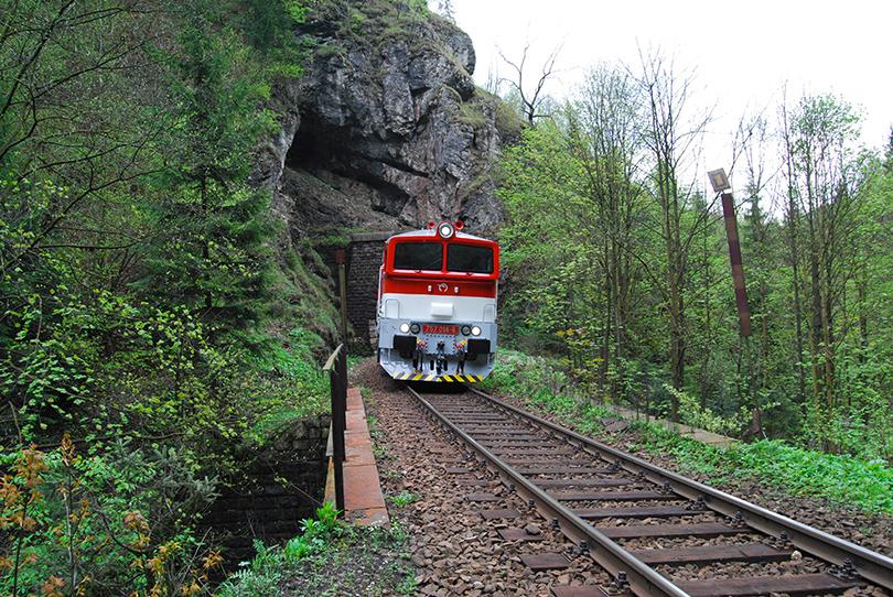Mimoriadne zastavenie za Túfenskym tunelom, podobne ako pri TBS 757 013.
